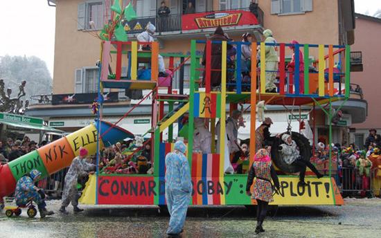 Le char du Club de Marche au Carnaval de Monthey 2009